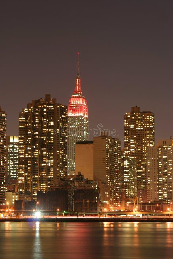 Orizzonte di Manhattan alla notte immagine stock libera da diritti