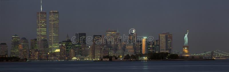 Orizzonte di Manhattan con la statua di libertà immagini stock