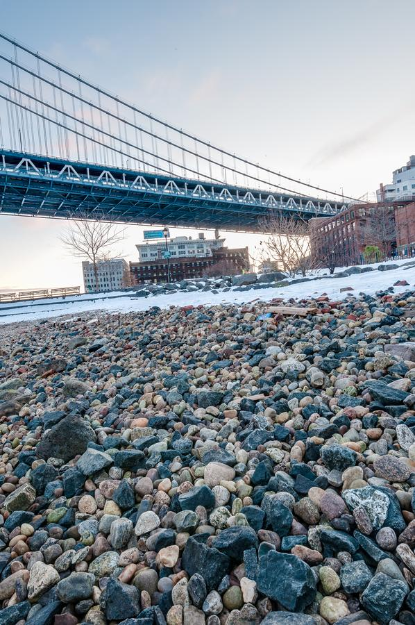 Orizzonte di Manhattan da Pebble Beach a Brooklyn, Stati Uniti fotografie stock