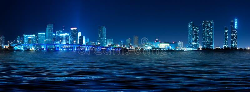 Orizzonte di Miami alla notte fotografia stock libera da diritti