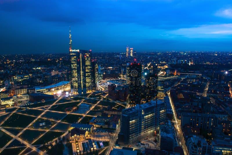 Orizzonte di Milano al tramonto fotografia stock
