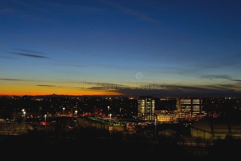 Orizzonte di Milano nell'ora blu fotografie stock libere da diritti