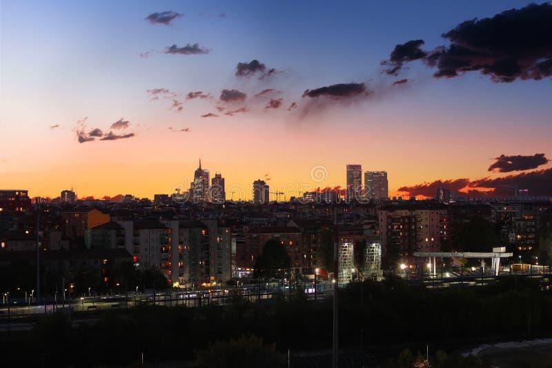 Orizzonte di Milano a sunsrise fotografia stock libera da diritti