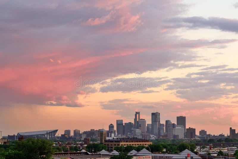 Orizzonte di Minneapolis al tramonto fotografie stock libere da diritti