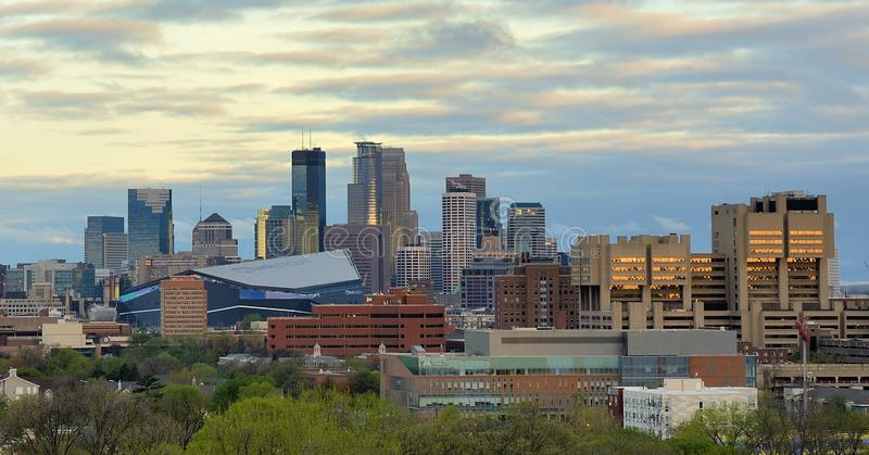 Orizzonte di Minneapolis con lo stadio della Banca degli Stati Uniti di Minnesota Vikings immagini stock libere da diritti
