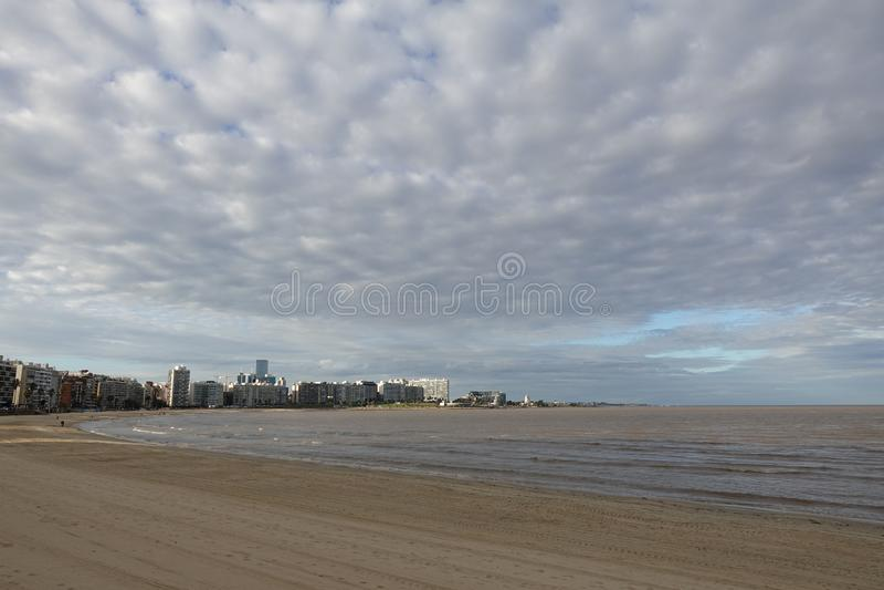 Orizzonte di Montevideo, Uruguay dalla La Rambla immagine stock libera da diritti