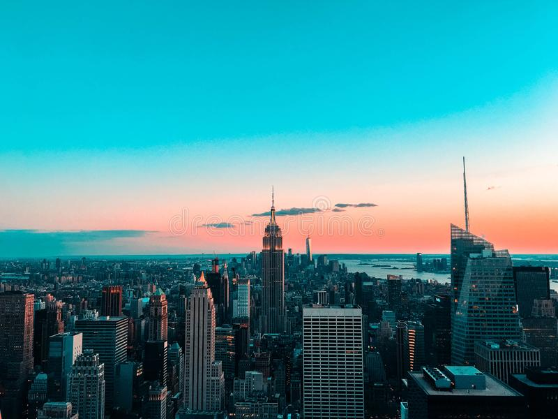 Orizzonte di New York al tramonto fotografia stock libera da diritti