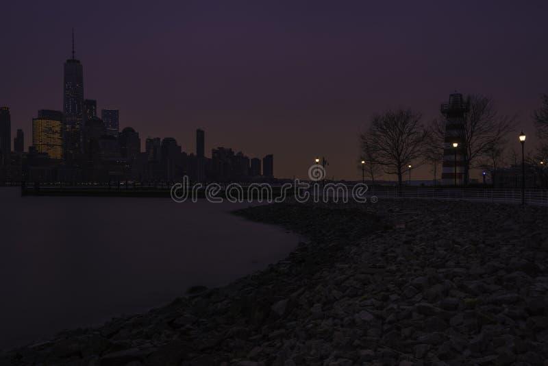 Orizzonte di New York City ad alba fotografie stock