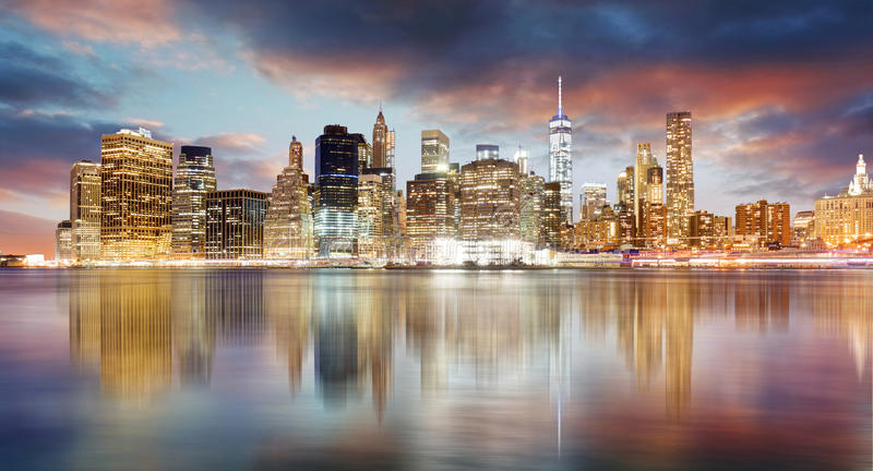 Orizzonte di New York City ad alba con la riflessione fotografia stock