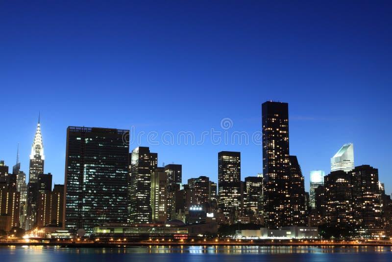 Orizzonte di New York City agli indicatori luminosi di notte immagine stock libera da diritti