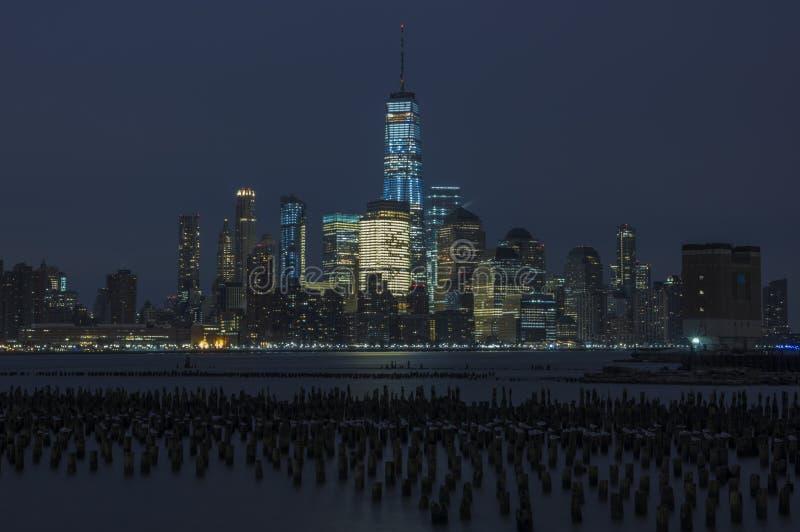 Orizzonte di New York City alla notte immagine stock
