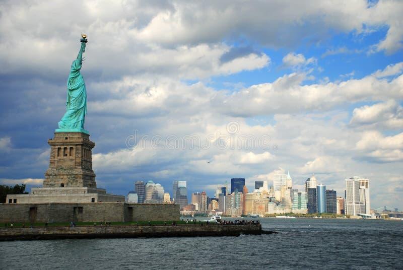 Orizzonte di New York City e statua di libertà immagine stock
