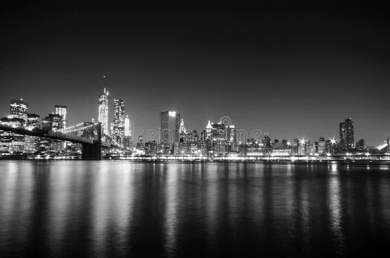 Orizzonte di New York City entro la notte Vista di Manhattan immagini stock libere da diritti