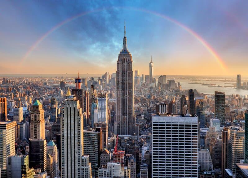 Orizzonte di New York con i grattacieli e l'arcobaleno urbani immagini stock libere da diritti
