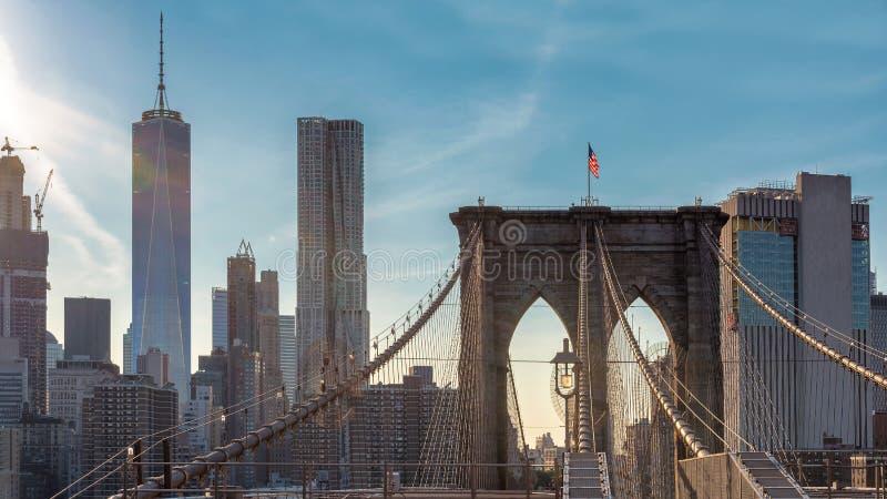 Orizzonte di New York dal ponte di Brooklyn al tramonto fotografia stock