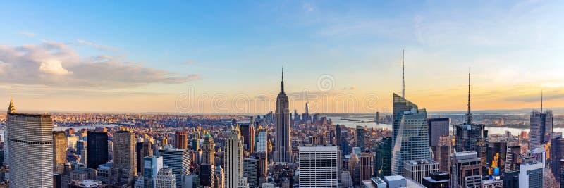 Orizzonte di New York dalla cima del tetto con i grattacieli urbani al tramonto fotografia stock