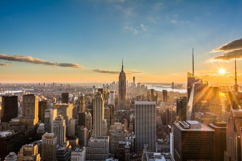 Orizzonte di New York Manhattan al tramonto, vista dalla cima della roccia, centro di Rockfeller, Stati Uniti fotografie stock