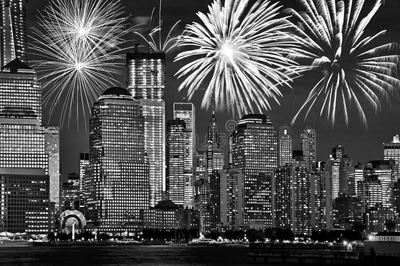 Orizzonte di New York Manhattan alla notte, con i fuochi d'artificio, celebrazione americana degli Stati Uniti e partito, in bian immagine stock libera da diritti