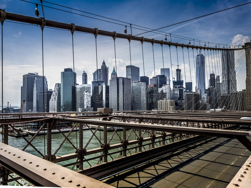 Orizzonte di New York Manhattan dal ponte di Brooklyn fotografie stock libere da diritti