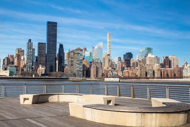 Orizzonte di New York visto dal parco di stato del cavalletto nella città di Long Island fotografie stock libere da diritti