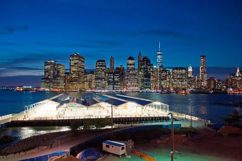 Orizzonte di New York visto dalla passeggiata di Brooklyn Heights dopo il tramonto, luci fotografie stock