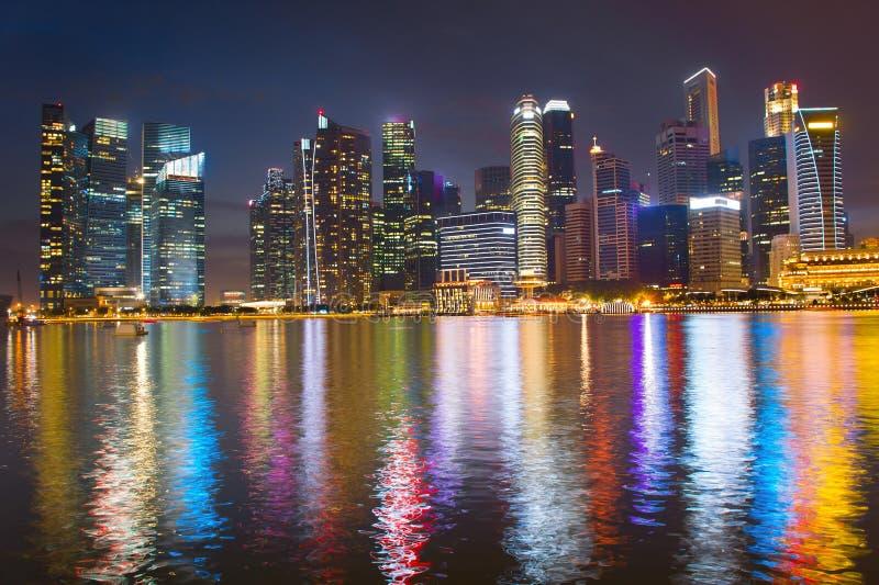 Orizzonte di notte del centro di affari di Singapore immagini stock libere da diritti