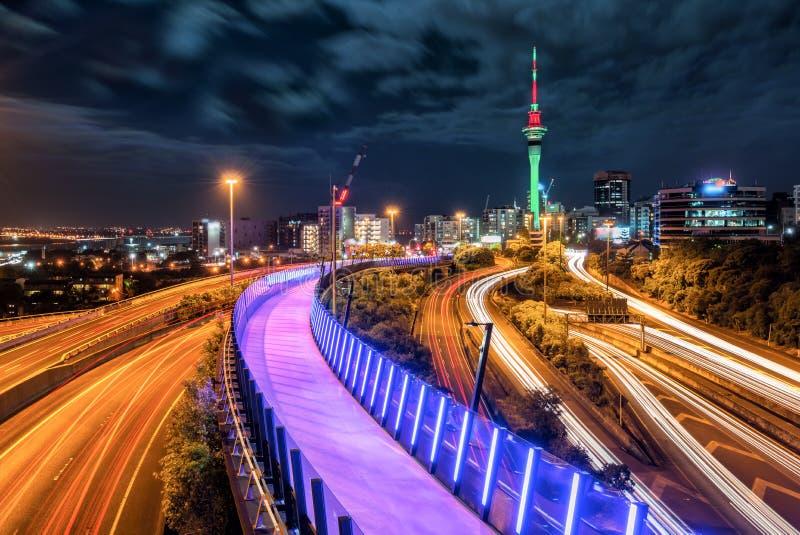Orizzonte di notte della città di Auckland, Nuova Zelanda immagini stock libere da diritti
