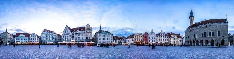 Orizzonte di notte della città Hall Square, Estonia di Tallinn fotografia stock libera da diritti