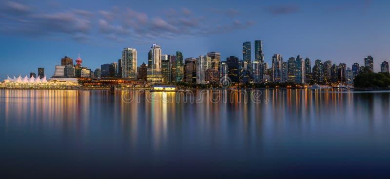 Orizzonte di notte di Vancouver del centro da Stanley Park fotografie stock libere da diritti