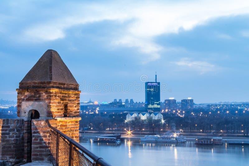 Orizzonte di nuova Belgrado Novi Beograd visto nel prima serata dalla fortezza di Kalemegdan immagini stock libere da diritti