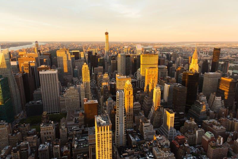 Orizzonte di NYC al tramonto immagini stock
