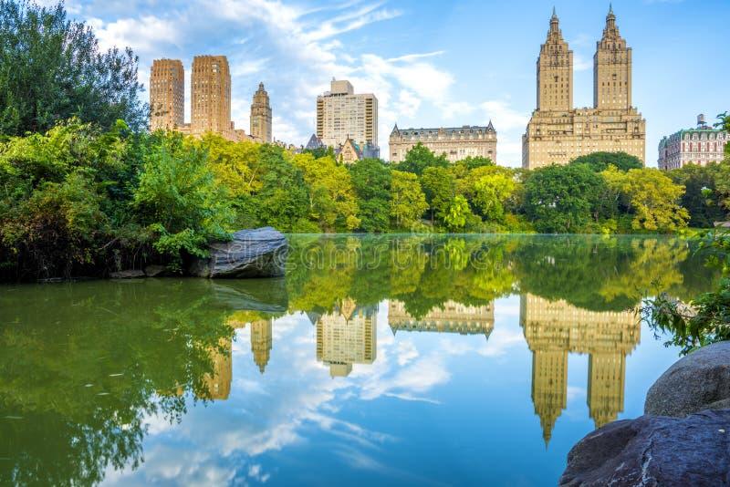 Orizzonte di NYC in Central Park immagini stock