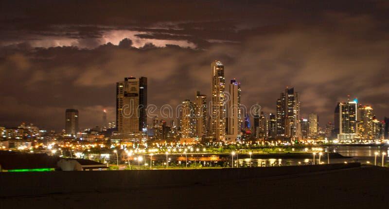 Orizzonte di Panamá acceso alla notte fotografia stock libera da diritti