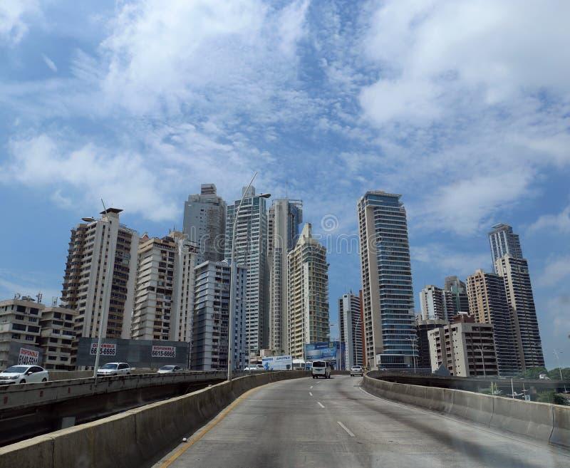 Orizzonte di Panamá, dalla strada principale, l'America Centrale maggio 2015 fotografie stock