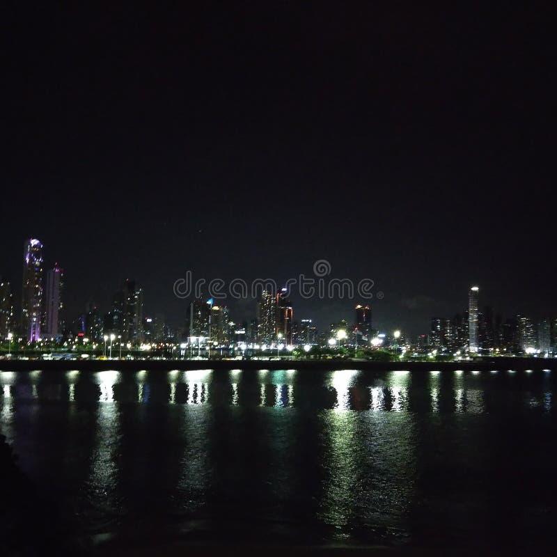 Orizzonte di Panama City alla notte fotografia stock