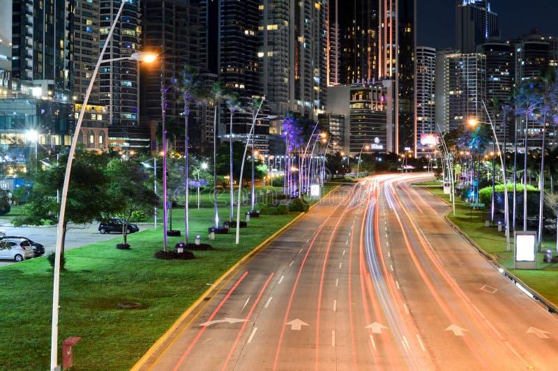 Orizzonte di Panama City e la strada di grande traffico alla notte nel Panama, centri immagini stock