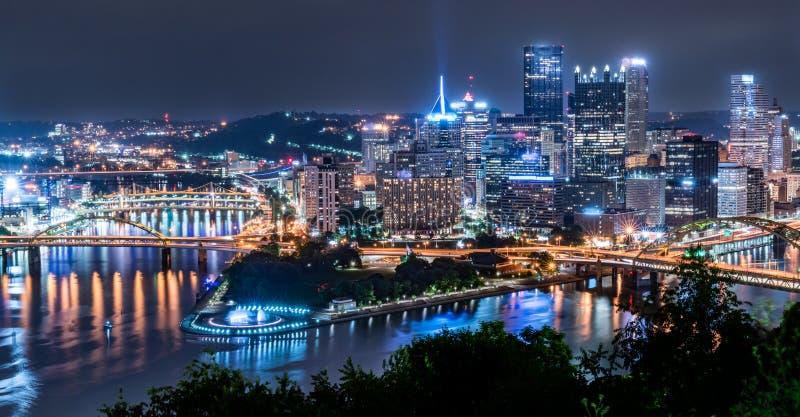 Orizzonte di Pittsburgh, Pensilvania dal parco di punto di vista fotografia stock
