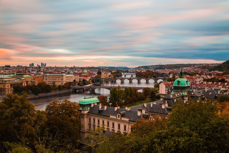 Orizzonte di Praga al tramonto immagini stock