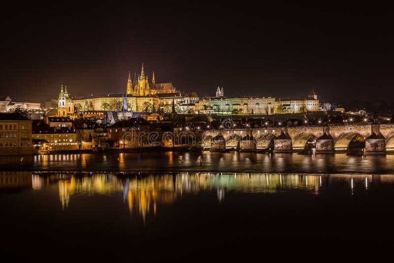 Orizzonte di Praga alla notte fotografia stock
