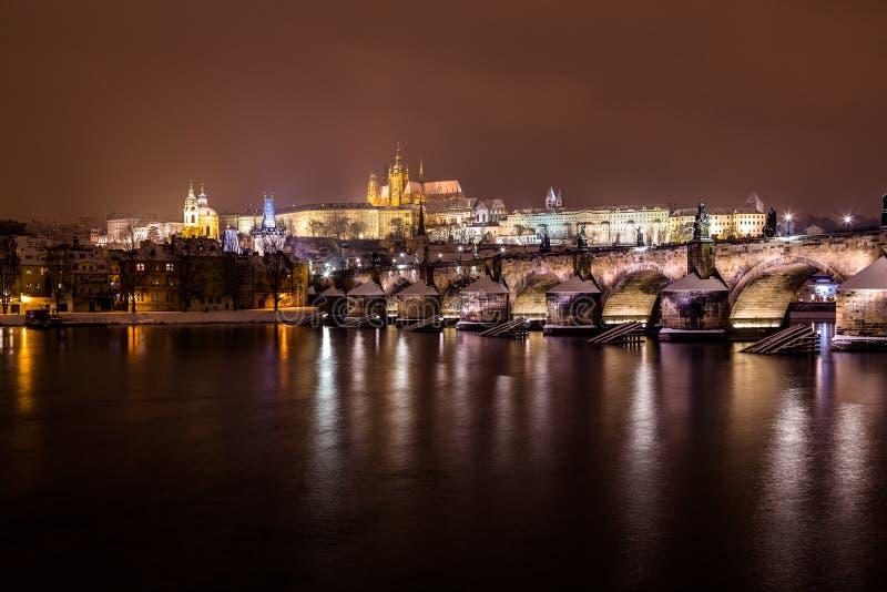 Orizzonte di Praga alla notte nell'inverno fotografia stock
