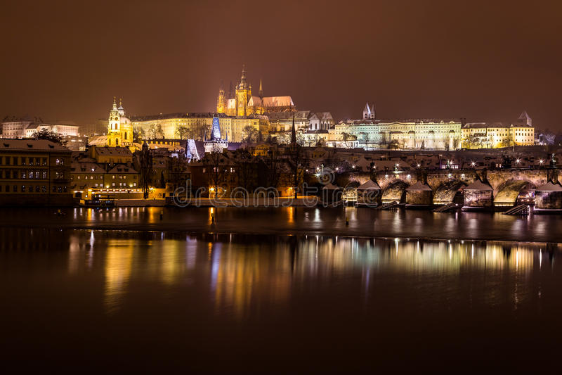 Orizzonte di Praga alla notte nell'inverno immagine stock libera da diritti