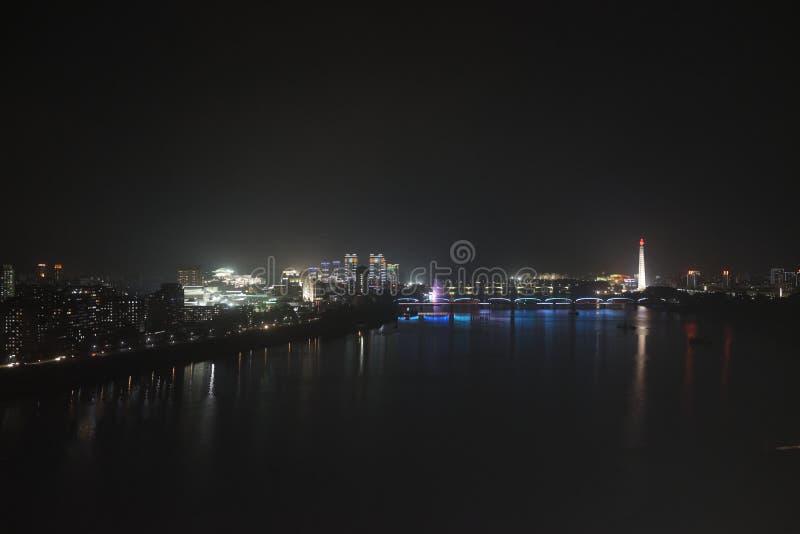Orizzonte di Pyongyang (DPRK) alla notte fotografia stock libera da diritti