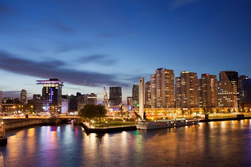 Orizzonte di Rotterdam alla notte nei Paesi Bassi fotografia stock libera da diritti
