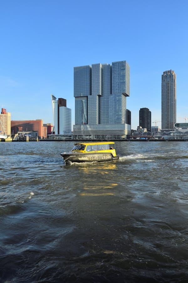 Orizzonte di Rotterdam del centro visto dalla banchina di Katendrecht un giorno insolitamente caldo di febbraio fotografia stock libera da diritti
