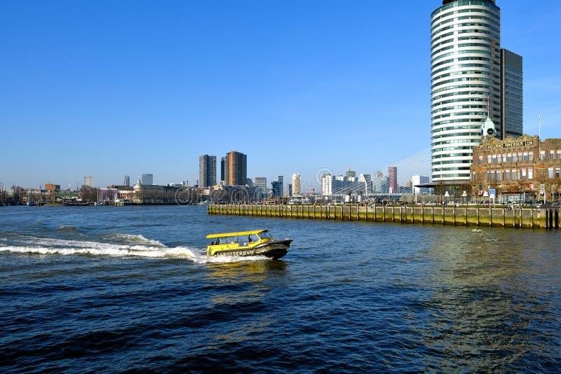Orizzonte di Rotterdam del centro visto dalla banchina di Katendrecht un giorno insolitamente caldo di febbraio immagine stock