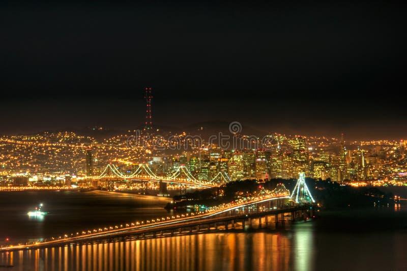 Orizzonte di San Francisco alla notte immagine stock