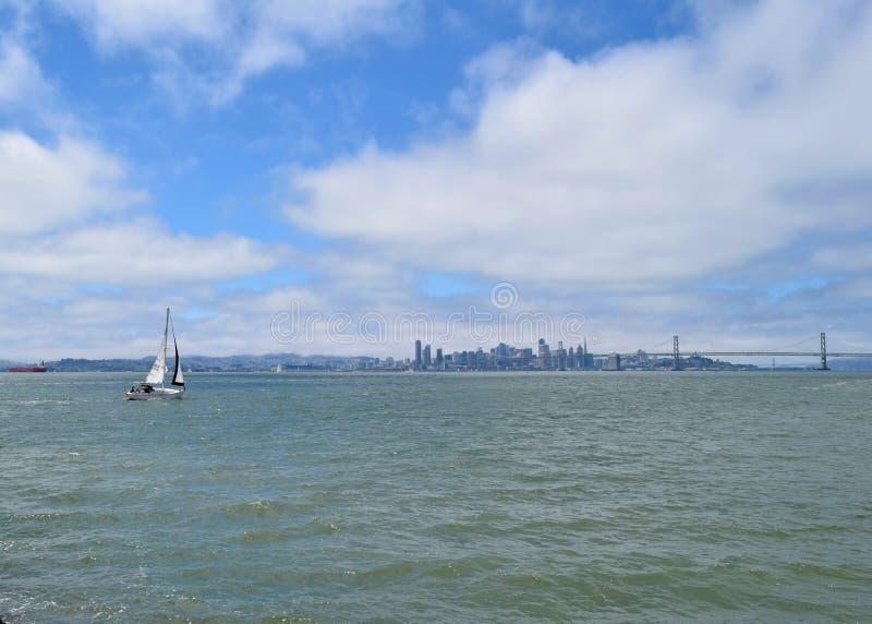 Orizzonte di San Francisco con il ponte e le navi della baia su San Francisco Bay fotografia stock libera da diritti