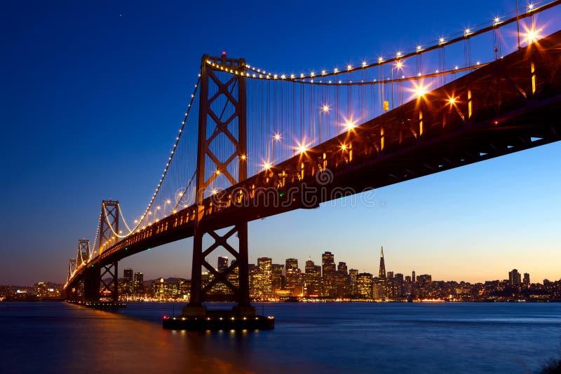 Orizzonte di San Francisco e ponticello della baia fotografie stock libere da diritti