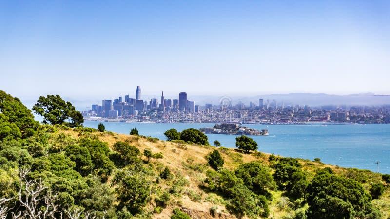 Orizzonte di San Francisco ed isola di Alcatraz un giorno soleggiato, come visto da Angel Island, California fotografie stock libere da diritti