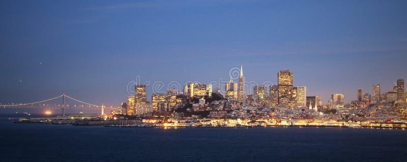 Orizzonte di San Francisco di notte fotografie stock libere da diritti